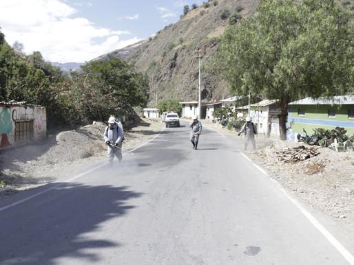 FUMIGAN CALLES Y VIVIENDAS PARA ELIMINAR AL VIRUS DEL COVID 19 EN QUICHUAS