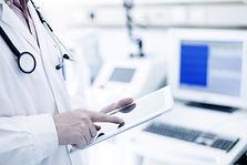 디지털 태블릿을 사용하여 의사