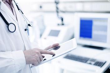 Docteur En utilisant la tablette numérique