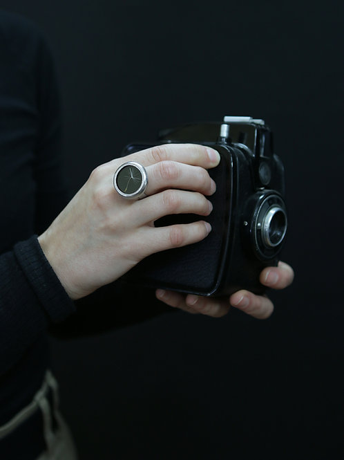 Кольцо с пушинкой одуванчика на черном стекле