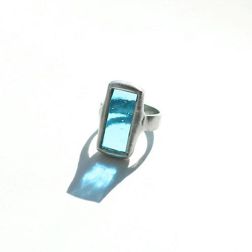 Кольцо из полупрозрачного голубого стекла