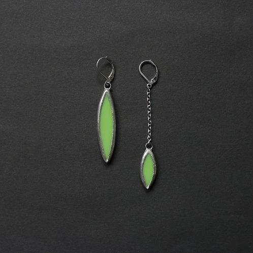 Серьги из зеленого стекла асимметричные