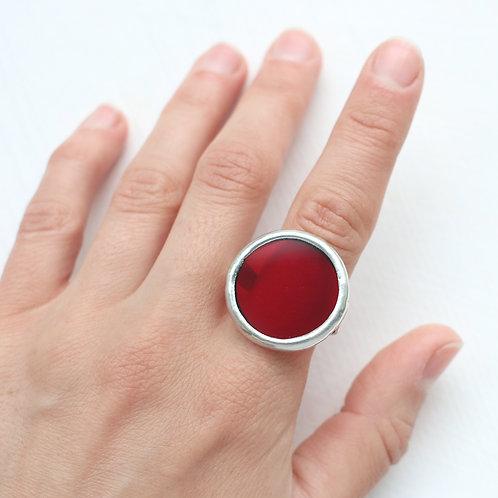Кольцо из полупрозрачного красного стекла