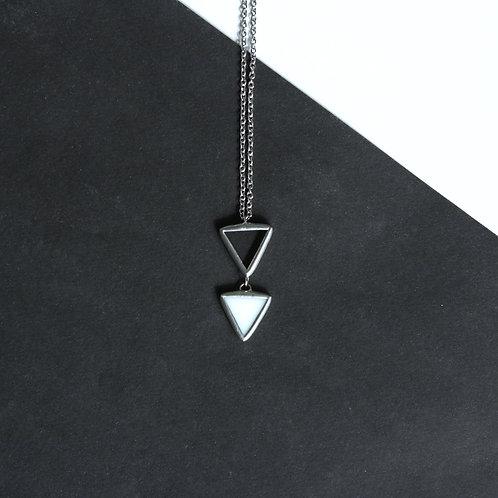 Кулон из двух треугольных элементов
