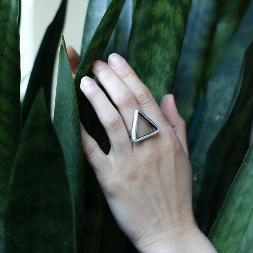 Кольцо треугольной формы из прозрачного стекла