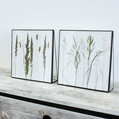 Декор с полевыми травами на белом стекле.