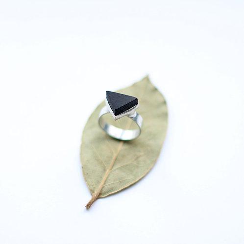 Кольцо с треугольным деревянным элементом