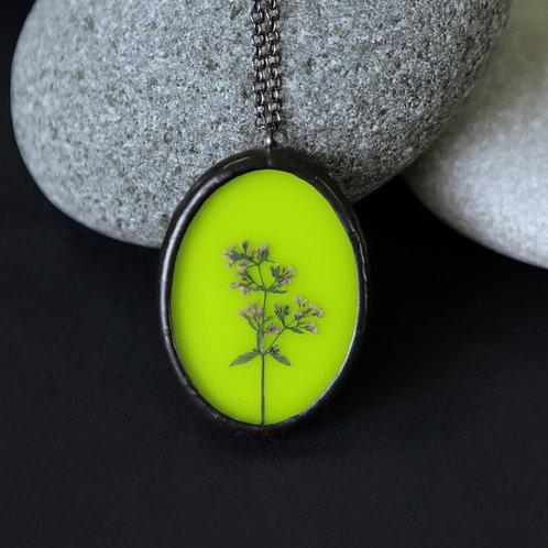 Кулон с гербарием на ярком зеленом стекле