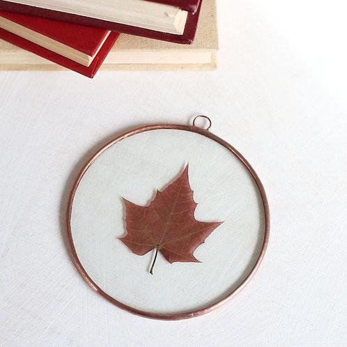 Декор с кленовым листом в круге.