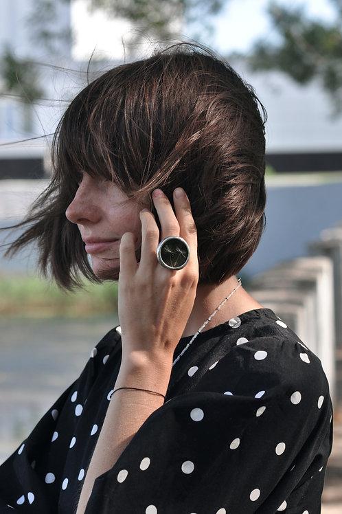 Кольцо с одуванчиком на черном стекле