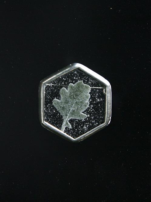 Брошь «Льдинка с листом цинеррарии»