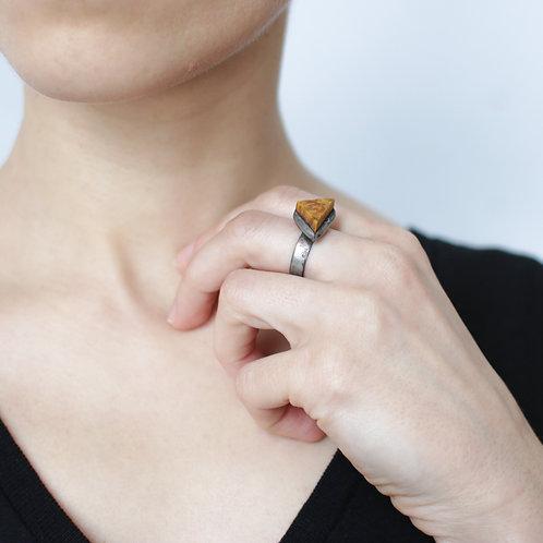 Кольцо из коричневого дерева и металла с чернением