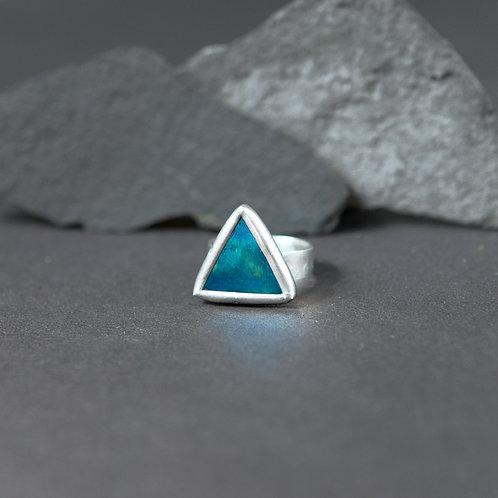 Треугольное кольцо из редкого стекла с отливом