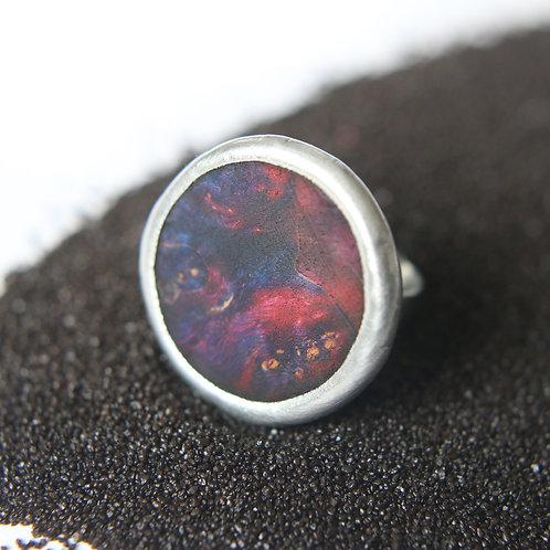 Круглое кольцо с лавой втекающей в океан