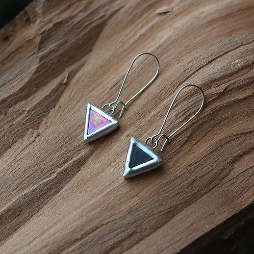 Серьги треугольники асимметричные по цвету.