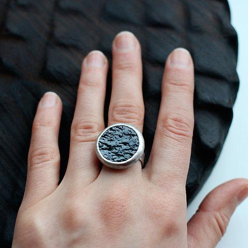 Круглое кольцо из фактурного черного стекла