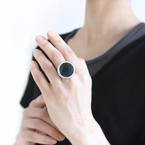 Кольцо круглой формы с застывшей лавой