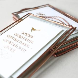Приглашения выполненные в виде памятной таблички на стену.