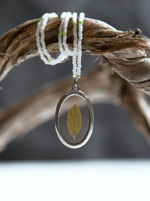 Кулон с гербарием листочка на шнуре из бисера