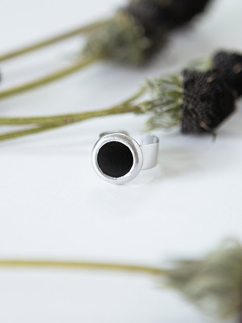 Маленькое чёрное кольцо на широкой основе