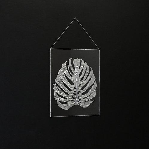 Настенный декор с серебристым листом монстеры