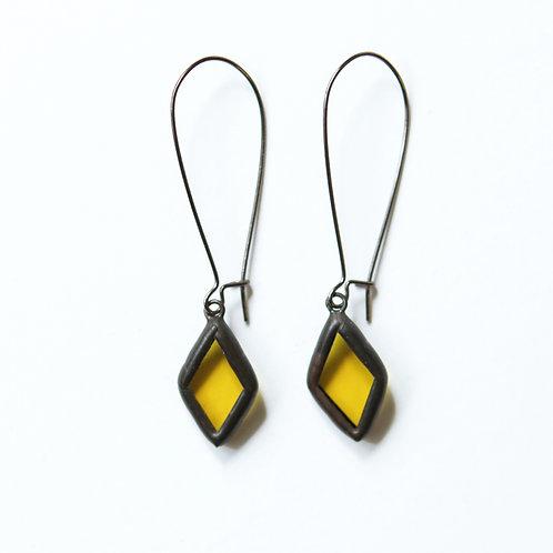Серьги ромбики из желтого полупрозрачного стекла в черном оформлении