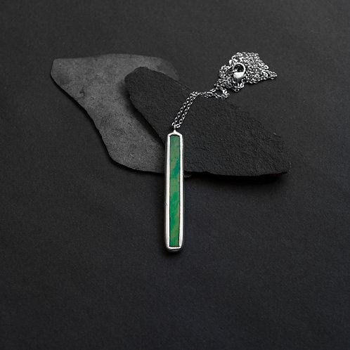 Кулон палочка из редкого стекла с зелёным отливом