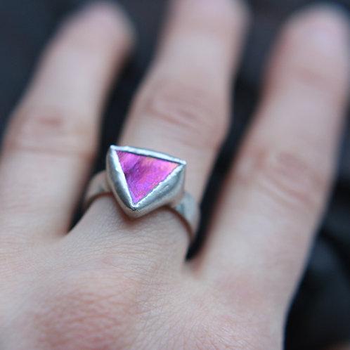 Маленькое треугольное кольцо с эффектным стеклом
