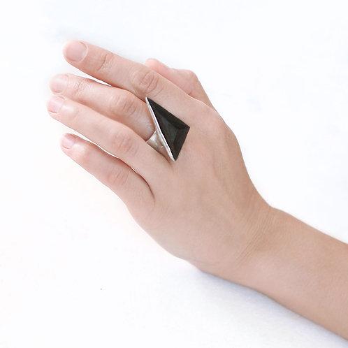 Кольцо с треугольным граненым элементом из дуба