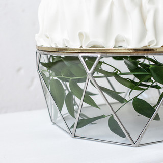 Тортовница из прозрачного стекла и металла.