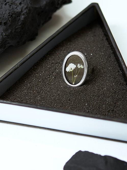 Прозрачное овальное кольцо с гипсофилой