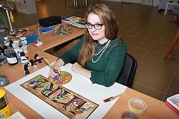 Sophie Dupont, gaphiste et illustratrice en Valais, entrain de dessiner des entrelacs celte