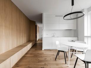 Acabamento em madeira configura os espaços