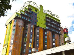 Silos de grãos e contêineres transformados em residencial estudantil