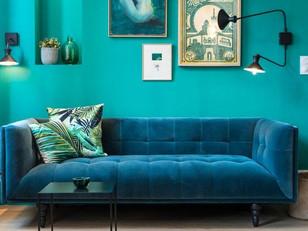 Tons de azul dominam o pequeno apartamento