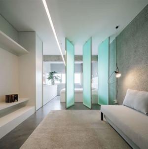Reforma de pequeno apartamento cria espaços contínuos