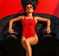 Modello in costume da bagno rosso posa s