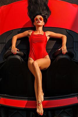 Modell im roten Badeanzug posiert auf ro