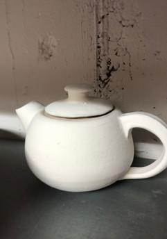 Teekanne glasiert vor dem Hochbrand