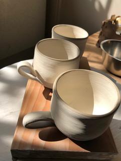 Kaffeetassen bereit für den Ofen