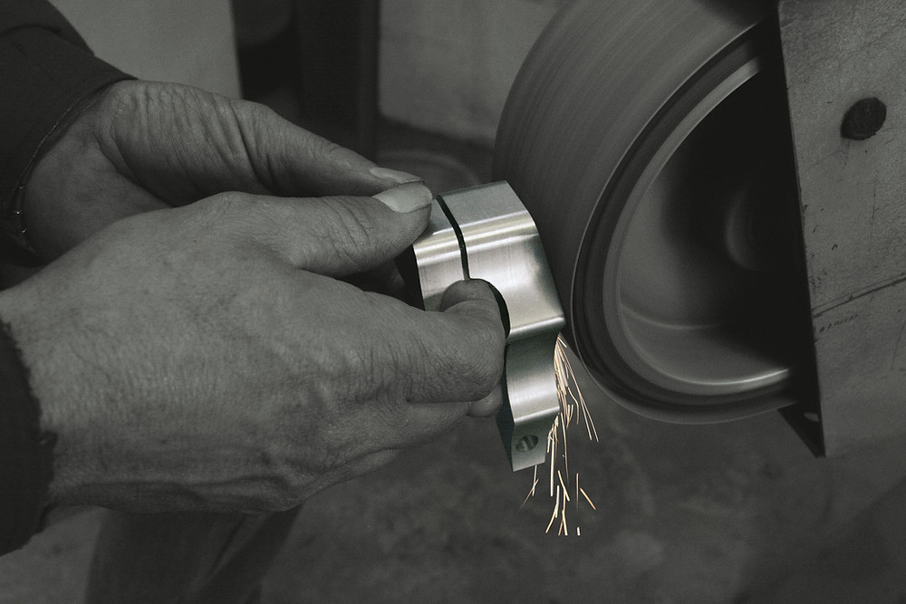 Handwerker schleift Stahl-Edelstahl um die Oberfläche zu optimieren