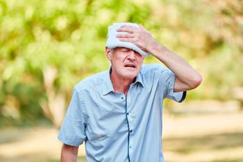 Adulto mayor desmayandose