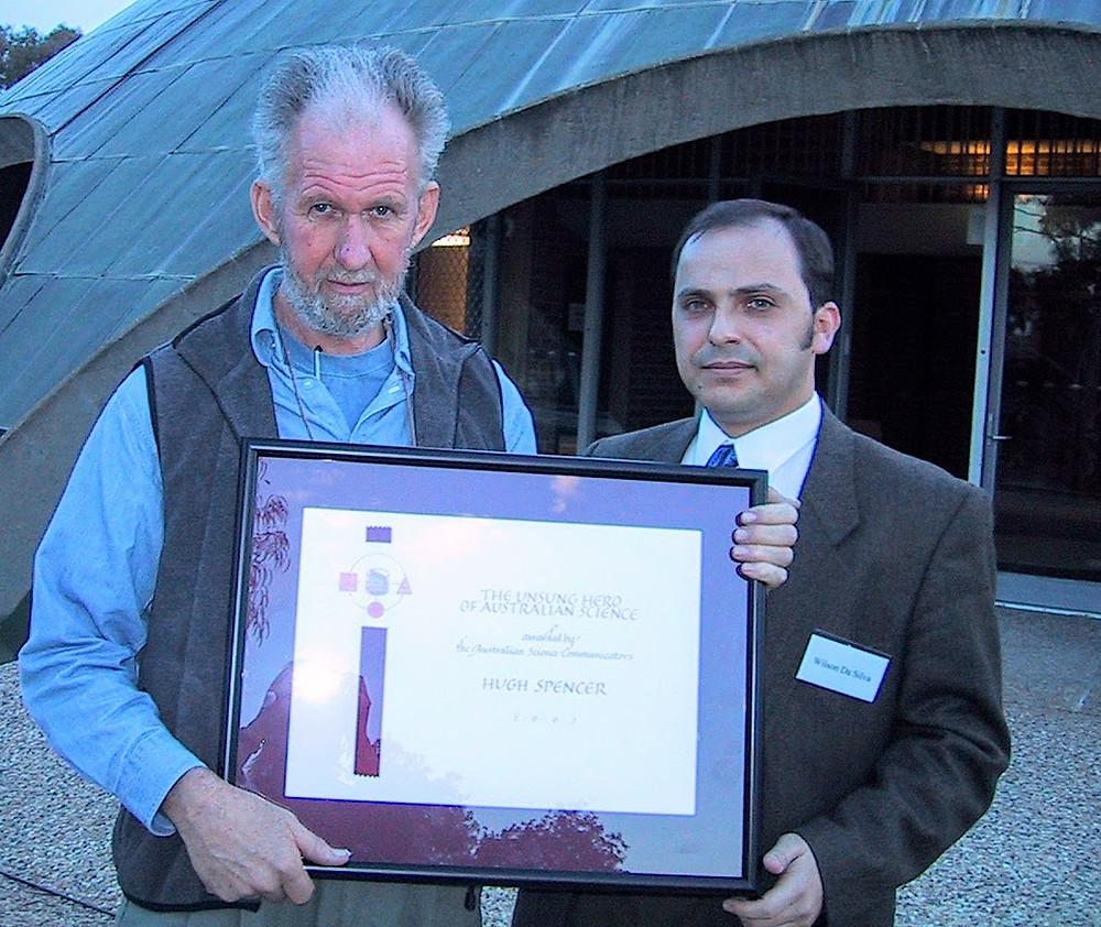 Dr Hugh Spencer receives the 2002 Unsung Hero of Australian Science from Australian Science Communicators President Wilson da Silva
