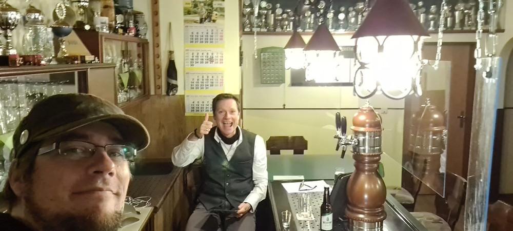 """Lars Reckermann und Claus Hock sammeln in der Dorfkneipe """"Dorfkrug"""" in Specken Trinkgelder für die durch Corona geschlossene Gaststätte."""