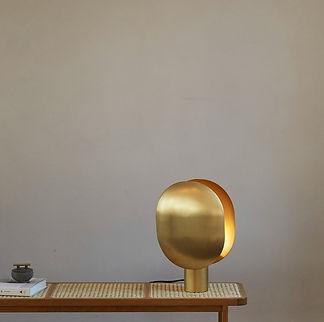 010046-2 CLAM TABLE LAMP BRASS-800px.jpg