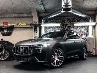 MAT ZWARTE WRAP op een Maserati Levante