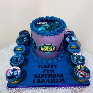Fortnite Cake & Cupcakes.