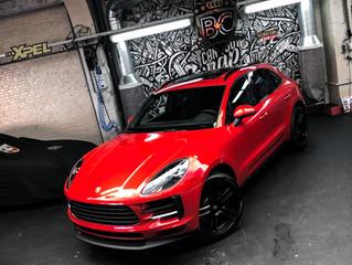 Porsche MACAN wordt gewrapped van zwart naar Dragon Fire red.