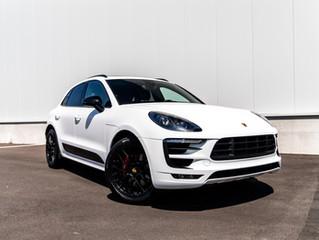 Zwarte Porsche Macan GTS wrapped in Satin White