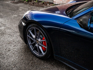 Gele PORSCHE 911 wordt gestripped en gewrapped in INOZETEK Supergloss Midnight Blue